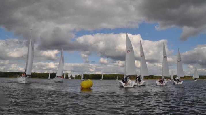 Pogoda dla żeglarzy: jak unikać trudnych warunków pogodowych?